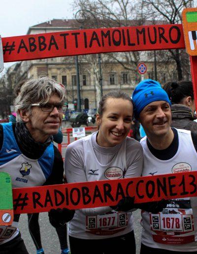 Tre signori fanno la foto con la cornice di Baraccone13 alla mezza maratona di Torino