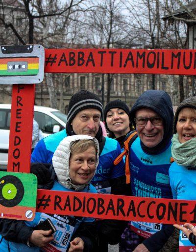 Le famiglie dei beneficiari fanno una foto con una cornice creata dal laboratorio di Radio (Baraccone13) alla mezza maratona di Torino