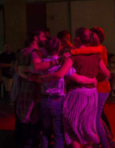 I ragazzi di Si può fare ballano abbracciati con le luci soffuse all'aperitivo di Settembre