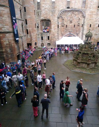 I ragazzi di Si può fare ad un evento di balli di gruppo tradizionali in Scozia